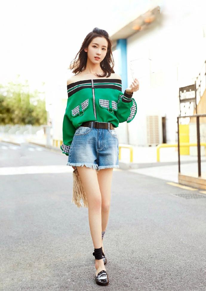 街拍:小姐姐清新又时尚,女人味十足,大长腿实力抢镜!