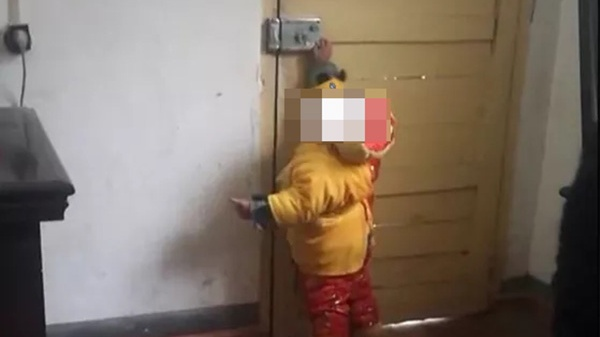 男子将1岁半娃绑派出所窗户上逃离 警方称其涉嫌遗弃婴儿