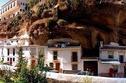 整个村子压在巨石底下,村民在里面生活600年,不怕坍塌却怕它