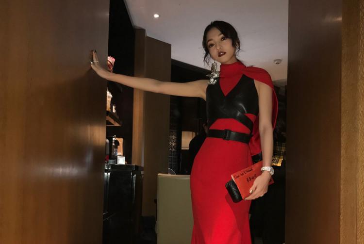被37岁张韶涵惊艳了,一袭红色套装用封腰腰带点缀,高级又高调!