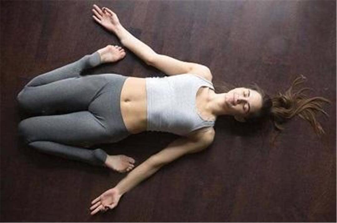 瑜伽体式精选:卧英雄式图片