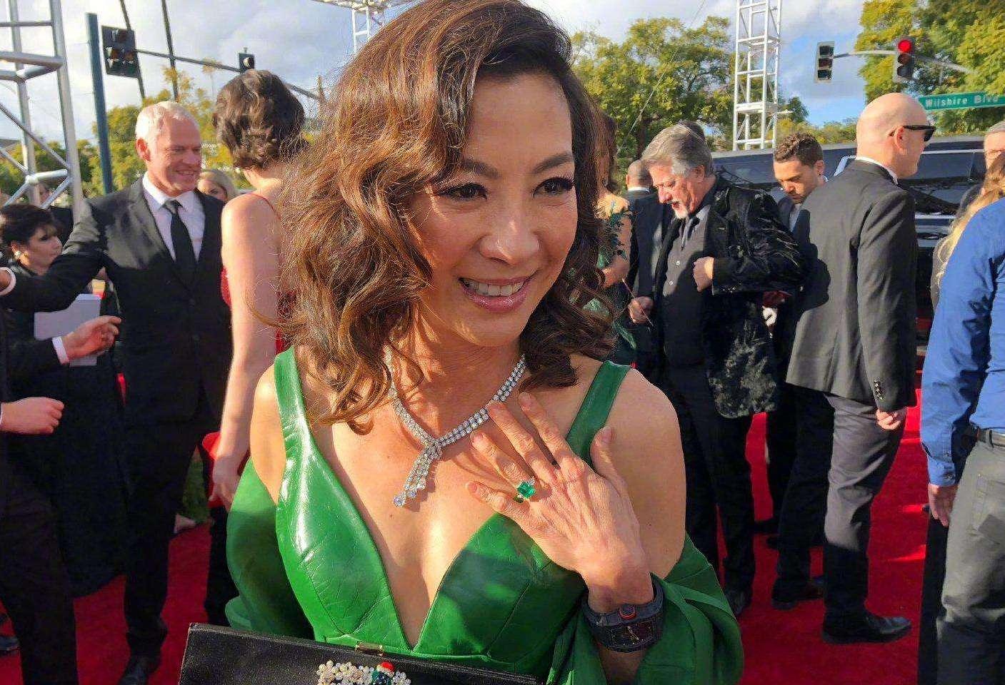 杨紫琼穿深V出席盛典,300万的鸽子蛋太抢镜,有谁注意到她的手吗