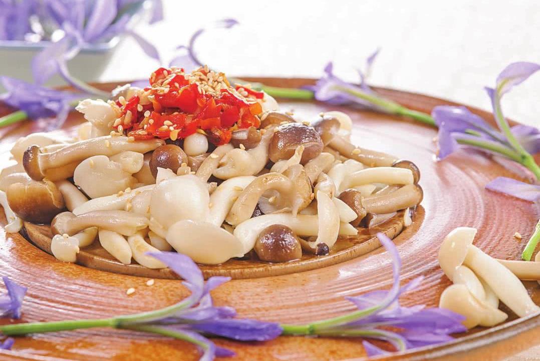 只需几分钟,就能让你吃上这道鲜美爽口的剁椒双菇,绝对值得一试