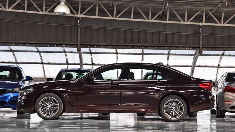 豪华中大型车,你会选宝马525LI,还是买高功率的奔驰E300L?