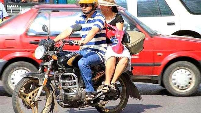 为什么女生坐摩托喜欢侧坐,不喜欢正着坐?今天可算知道原因了!