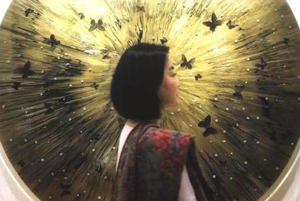 64岁林青霞祖孙三代同行看展,艳压众星成为焦点!
