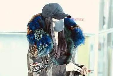 """王艳终于不低调,迷彩衣搭雪地靴太有范,45岁轻松美回""""晴格格"""""""