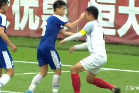 恒大杯出现暴力事件!越南球员一拳KO华夏小将,倒地后血流满面