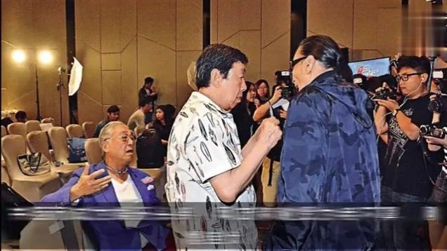 """83岁""""黄药师""""曾江,曾被谢霆锋老爸扇耳光,如今却帮老婆帮拎包"""