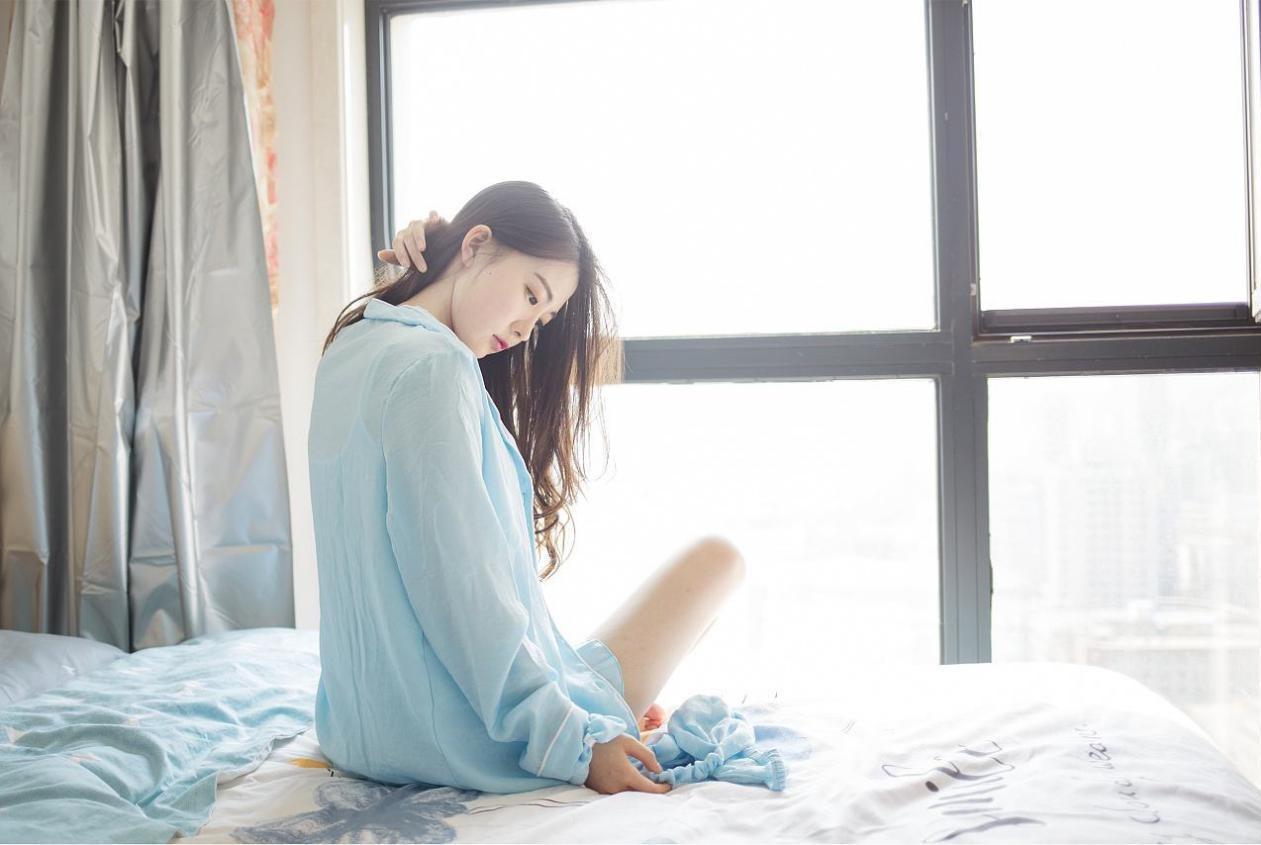 给男友送早餐,开门的是穿男友睡衣的女闺蜜,两人说是纯友谊