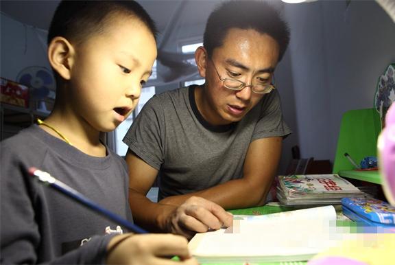 孩子写作业拖拉,爸爸不打不骂,3天纠正这个坏毛病,值得学习!