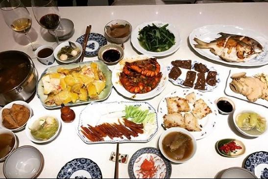 带你看看张钧甯的豪宅:餐桌上饭菜丰盛,客厅摆这一套真皮沙发