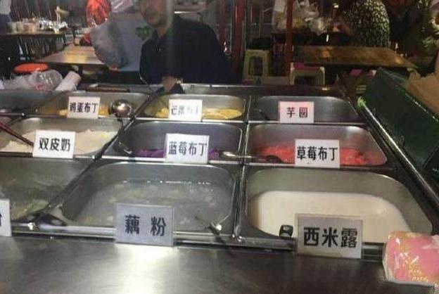 """50岁大叔摆摊卖""""懒人自助"""",1位18元随便吃,一晚上接待200人"""