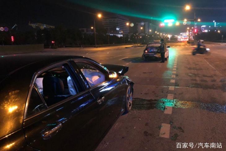 丰田锐志红绿灯路口追尾出租车 车主:这质量跟售价不成正比啊