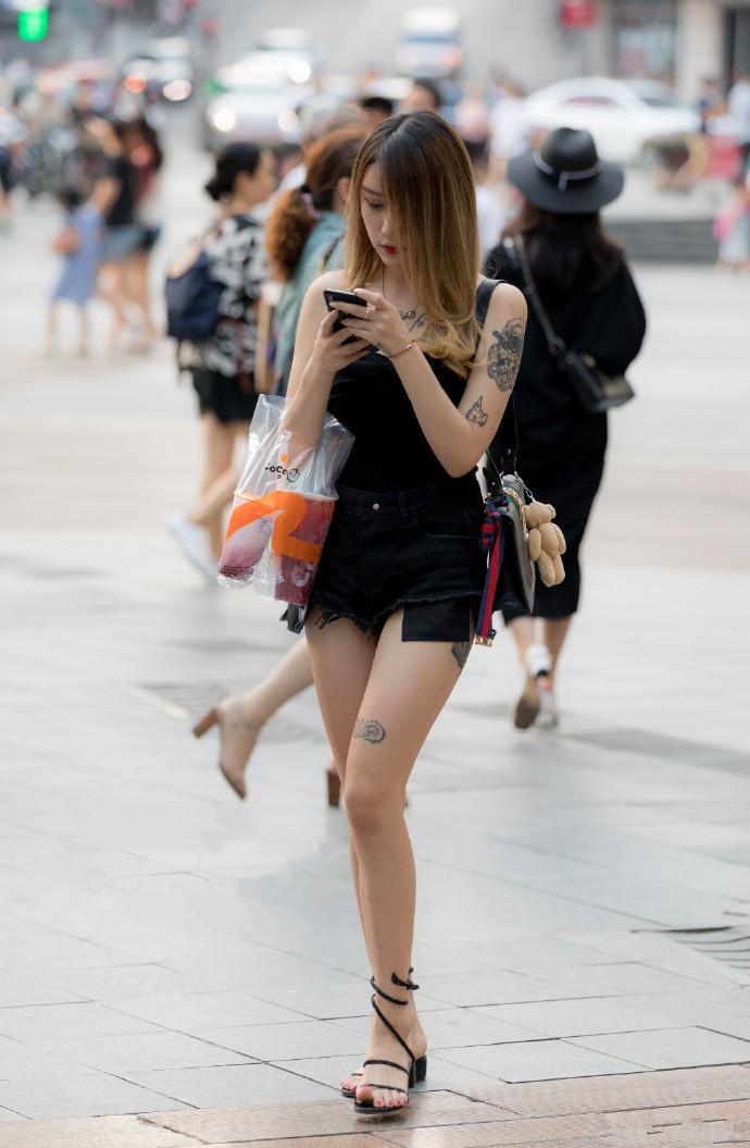 拥有性感纹身的小姐姐,短裤下的修长美腿很诱人
