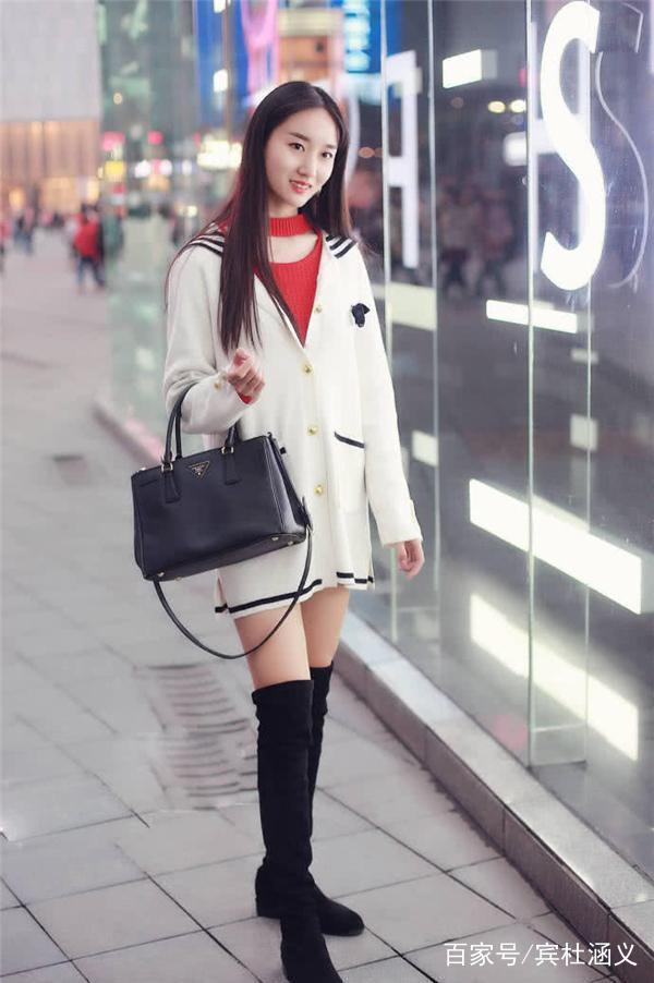 红色打底搭配白色针织衫,黑色过膝长靴,简约时尚