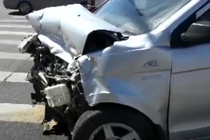 北京海淀两车相撞多人受伤!肇事司机为赶时间闯红灯险些送命!