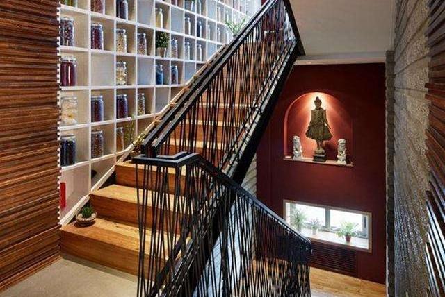 loft楼梯墙面新设计,打一排柜子,放几层书,像个小型家庭图书馆