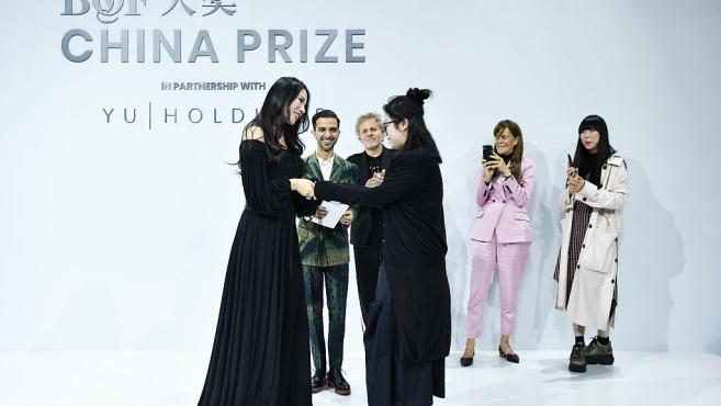 余晚晚颁发BOF时尚大奖 黑色露肩长裙优雅迷人