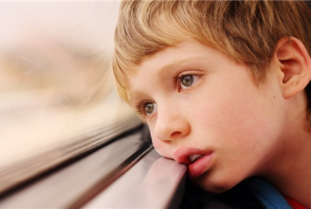 孩子有这些表现,不是害羞而是内心开始自卑了,家长别不重视