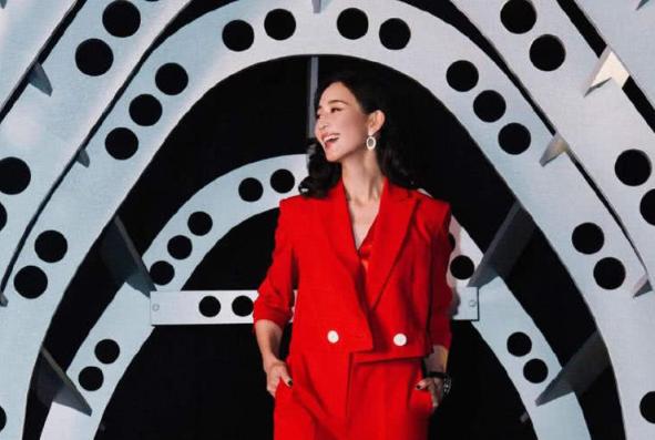 37岁张钧甯出席表展,穿上西装气场全开,惊艳又好看!