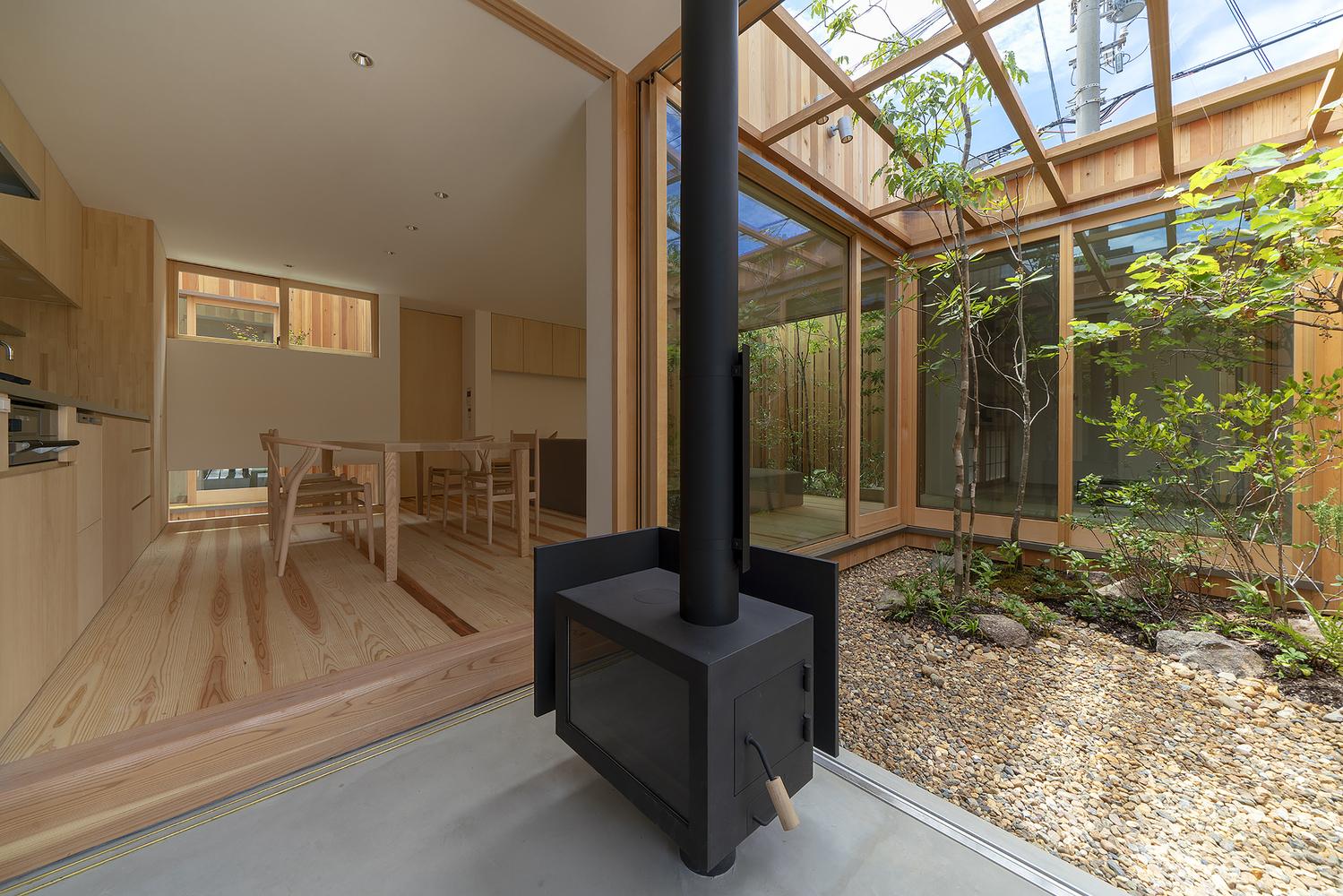 住宅设计:占地12mx10m的木质感禅意别墅,有三个内庭院