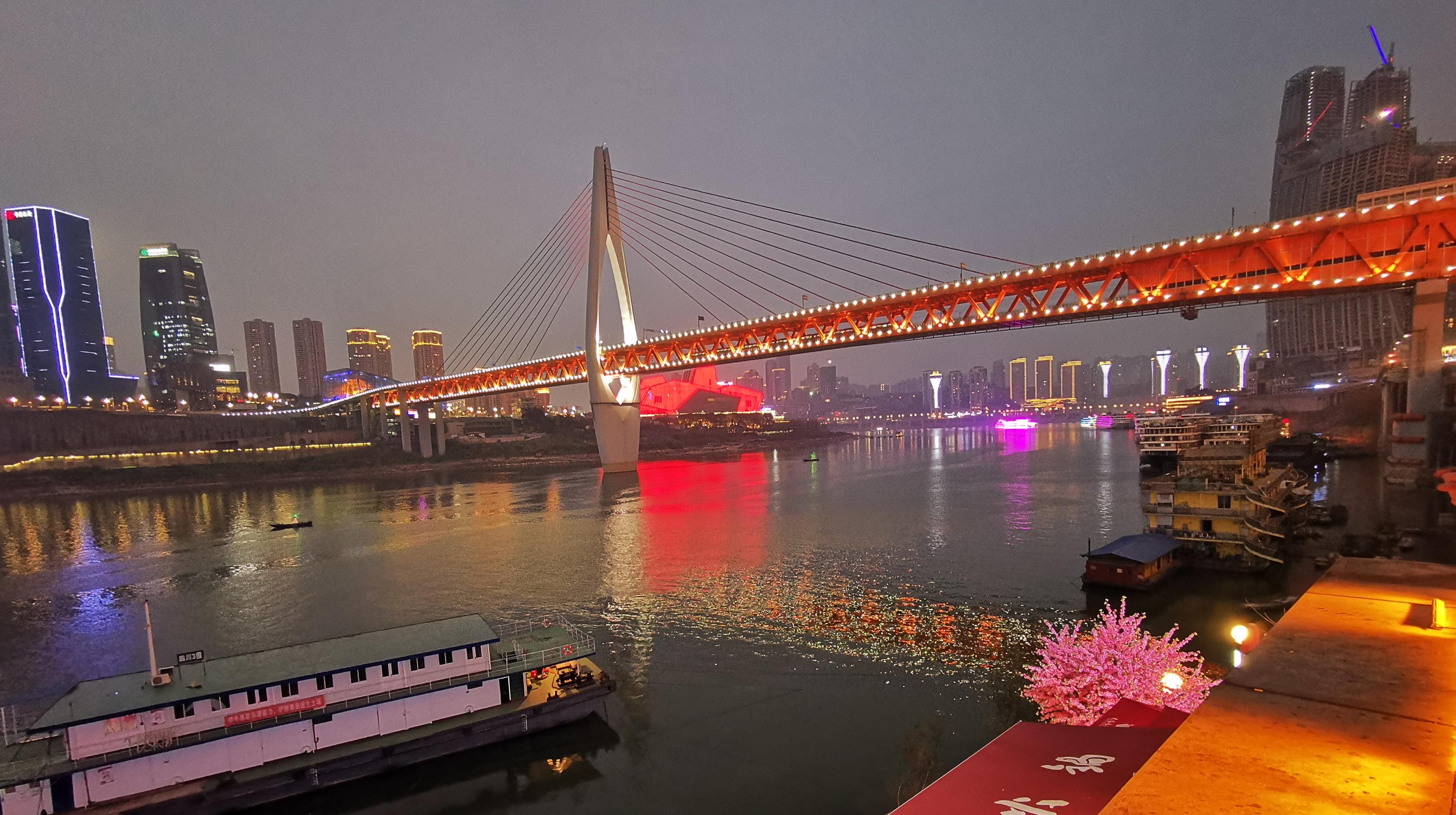 小姑娘第一次到重庆,光顾着拍夜景,点了火锅被红油吓到了