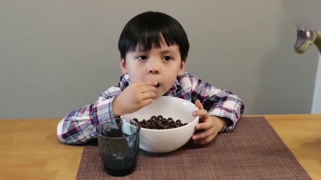 《小伶玩具》妈妈做的饭不好吃, 熊孩子竟大闹厨房, 发生什么事呢