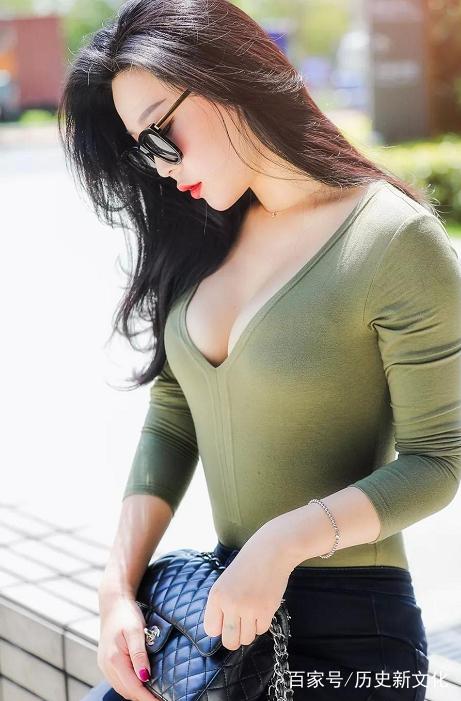 街拍:身材丰腴的美女,紧身衣尽显迷人身段,好迷人.