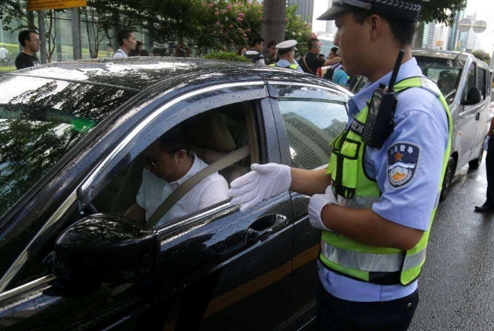 行驶证和驾驶证一起放车里会有啥后果?已中招车主:哭都没地哭!