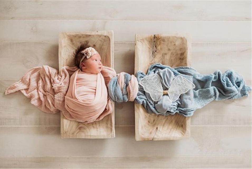 美国单亲妈妈晒出,令人动容的天使双胞胎合影