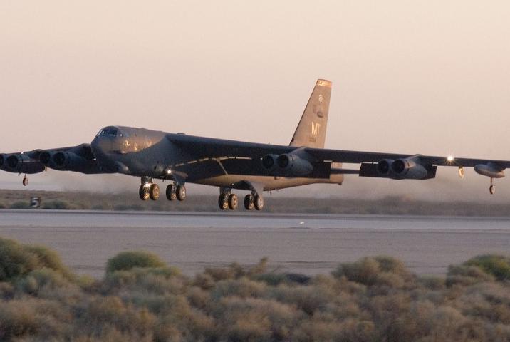 一架B-52突然出现,在波罗的海上空徘徊,S400出动释放严重信号