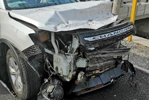 长安CS75和轻卡发生严重碰撞事故 车主:这Logo不会是进口的吧