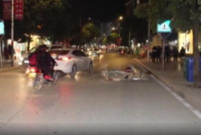 摩托车载4人上路,被三轮车剐倒,肇事司机不顾呼喊逃逸