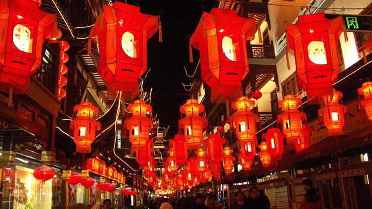 """""""元宵节""""挂灯笼、燃焰花、放炮仗、吃汤圆、跑马灯的来历和习俗"""