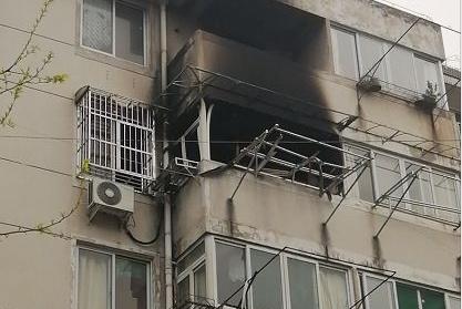 凌晨合肥金寨路丝绸新村一住宅楼发生火灾 两人身亡一人坠楼受伤
