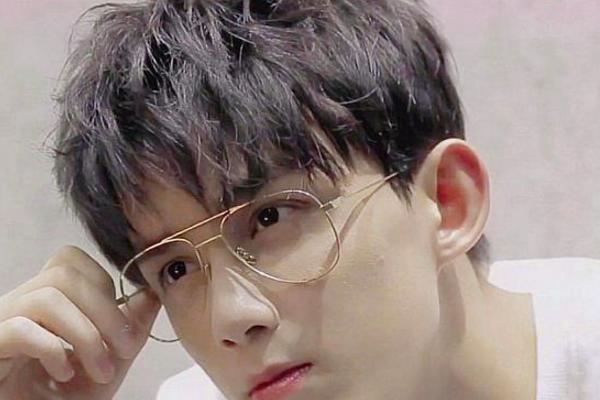 当娱乐圈的男明星没有刘海的样子,王源帅气十足,粉丝图片