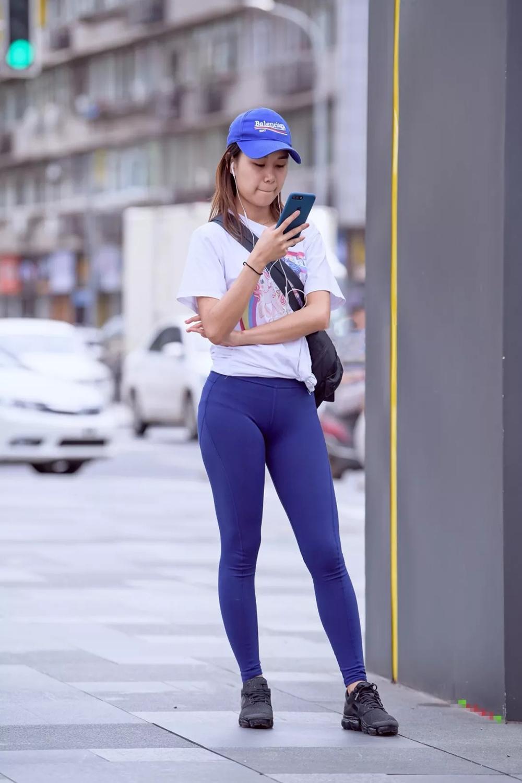 街拍:比紧身裤更紧的瑜伽裤,突显的臀部之美,格外吸人