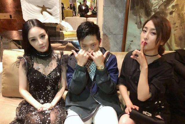 李小璐微博表示吃喝拉撒不靠贾乃亮,男方懒理diss只顾接女儿放学
