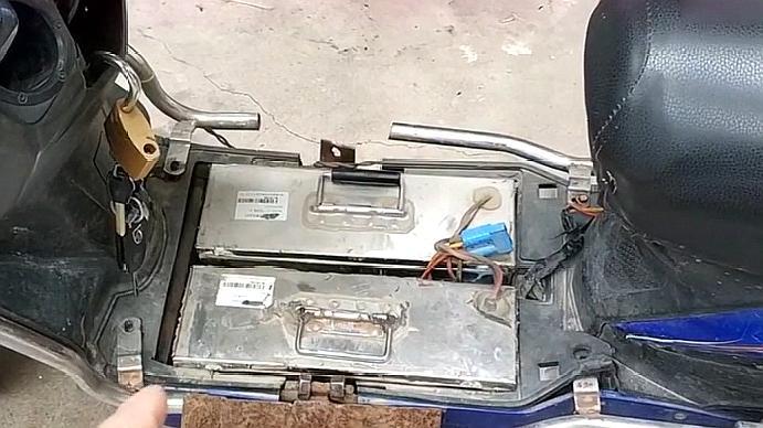 锂电池与铅酸电池哪个用着划算?听听常年跑快递的农村小伙咋说!