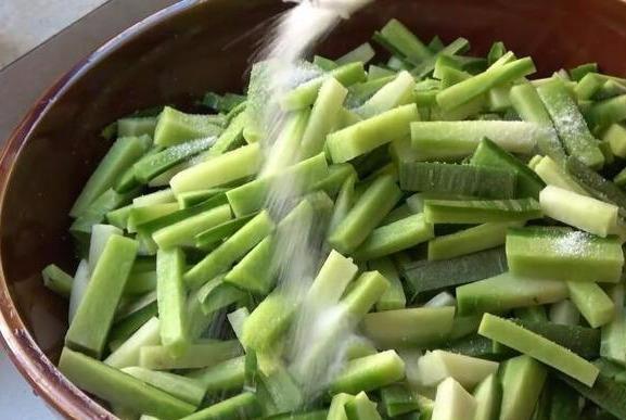 腌萝卜时,别只会用盐来腌,加入这些调料,萝卜生脆可口,很下饭