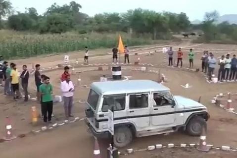 """印度的驾照考试感觉好逗,科二难度为""""零""""?网友:单手都能过!"""