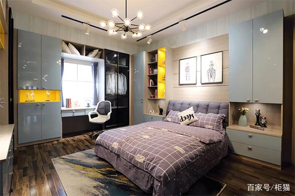 全屋裝修整體選用淺色系為主色調,時尚又大氣。客廳電視柜背景墻,門板點綴以黃色;給客廳冷色系增添一絲暖氣,整體呈現高冷、大氣、時尚質感。  廚房地板選用木紋,墻壁灰藍色,配淺色整體櫥柜;吧臺與酒柜組合柜式,用以廚房餐廳相連,讓廚房功能不再單一。  主臥裝修嵌入式衣柜,陽臺飄窗柜使用榻榻米組合柜形式;兼具收納與裝飾作用。  次臥定制榻榻米床+組合柜;不僅節省空間,提高空間利用率;而且還是完美的收納神器。  書房裝修,沒有過多的豪華裝飾,選用定制木質家具,書柜;整體空間洋溢木質書香氣息,點綴以花藝飾品,一改書