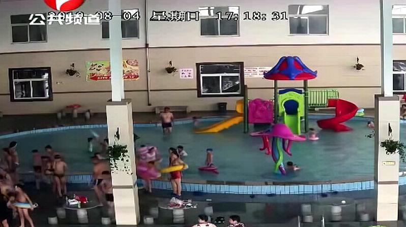 可悲:男童游泳池溺水,痛苦的挣扎了两分钟竟然没人发现