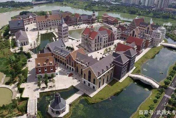 中国建造一特殊小镇,吸引2000名西方专家集体涌入,美俄眼红羡慕