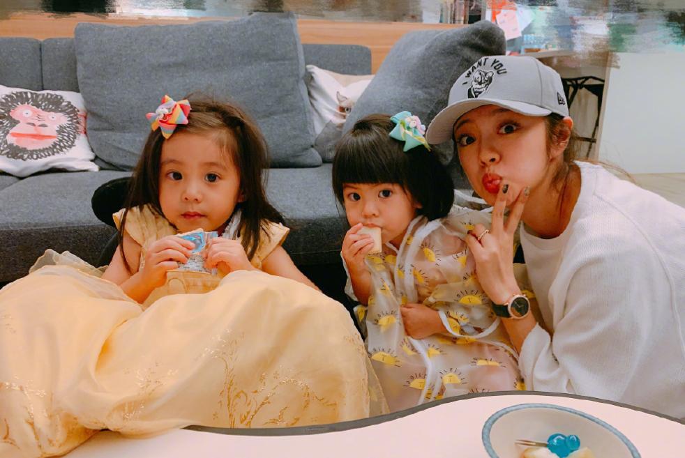 两代赵敏小聚,安以轩与贾静雯女儿亲密合照,啵妞搞怪表情抢镜