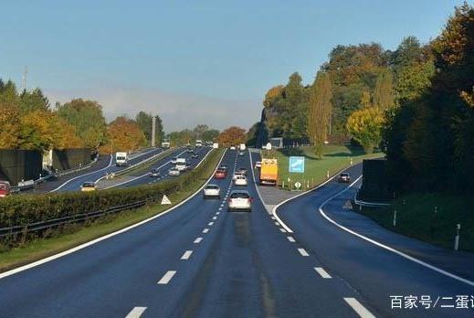 高速公路上,这四种情况别超车,老司机:最后一种最危险!