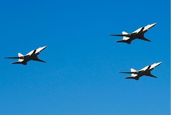 非对称还击!俄轰炸机编队飞抵欧洲老巢,回应B52大规模模拟攻击