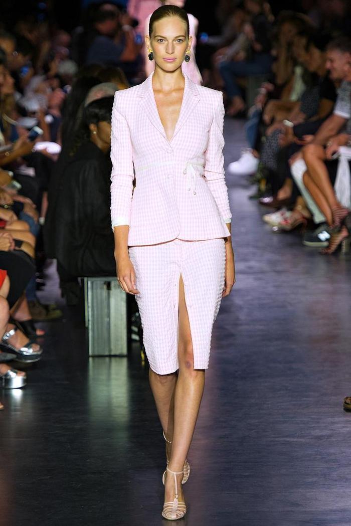 时装秀:模特造型吸引目光,服饰设计新潮前卫,造型风格