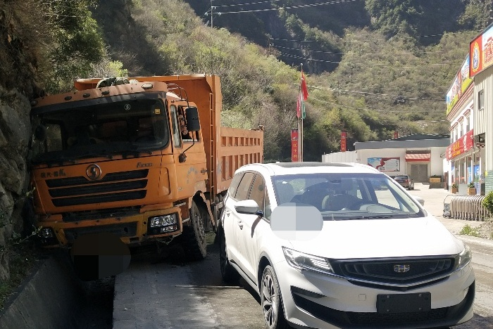 吉利嘉际遭大货车追尾,龟速行驶惹的祸,责任怎么分?